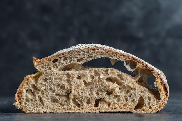 Naturalna abstrakcyjna tekstura chleba na zakwasie bez drożdży, z bliska