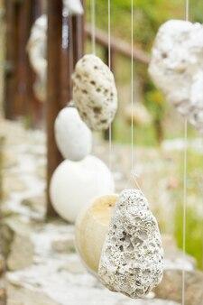 Naturalna drewniana balustrada z ozdobnymi zawieszonymi kamieniami