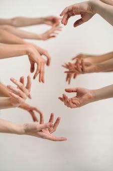 Naturalna kobieca uroda dłoni wiele kobiecych dłoni bez manicure pionowa ramka z rękami trend dla ...