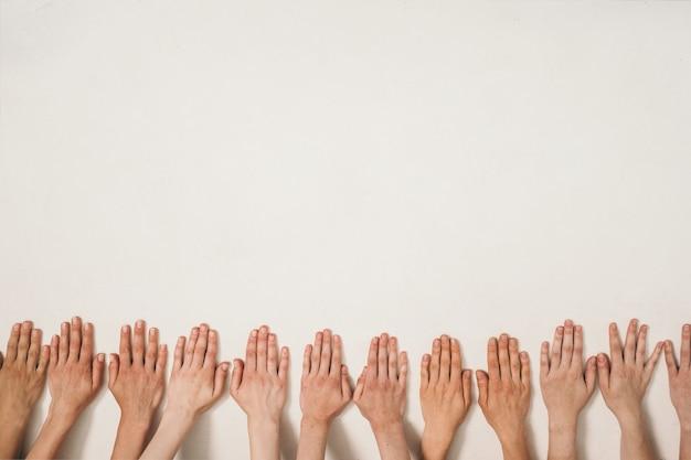 Naturalna kobieca uroda dłoni wiele kobiecych dłoni bez manicure trend na naturalność w kobiecym b...