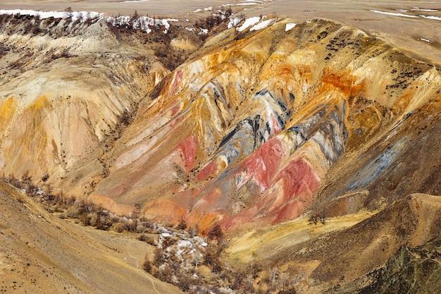 Naturalna kolorowa tekstura w górach ałtaj, miejsce o nazwie mars 2, republika ałtaju, rosja