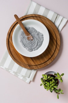 Naturalna maseczka do twarzy na okrągłej drewnianej desce