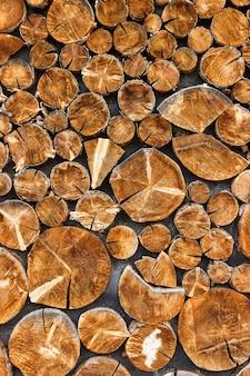 Naturalna organiczna tekstura z popękaną i szorstką powierzchnią okrągłe ścięte drzewo tło drewna