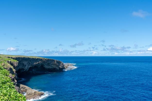 Naturalna sceneria małej wyspy saipan na marianach północnych.