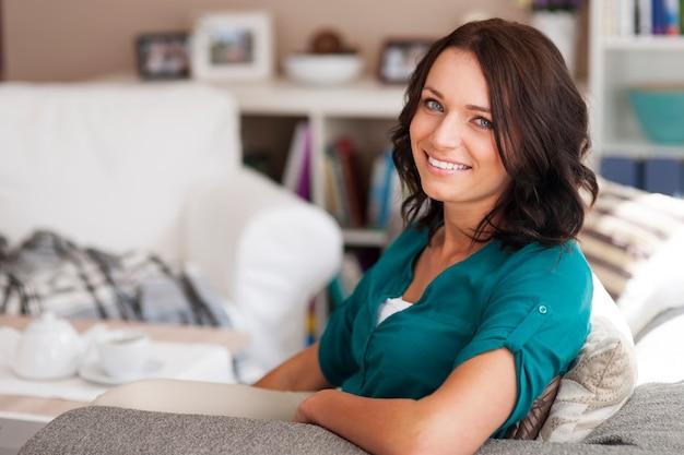 Naturalna szczęśliwa kobieta relaks w domu