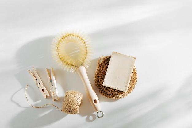 Naturalna szczotka do naczyń, drewniane spinacze do bielizny i narzędzia do czyszczenia z mydłem. koncepcja zero odpadów. nie zawiera plastiku. płaski układanie, widok z góry