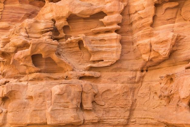Naturalna tekstura czerwonych skał. kolorowy kanion, egipt, półwysep synaj.