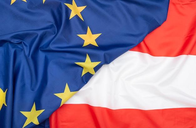 Naturalna tkanina flaga austrii i ue flaga unii europejskiej jako tekstura lub tło