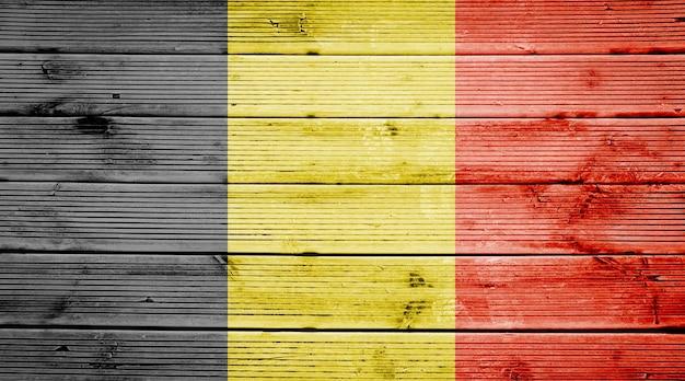 Naturalne drewniane deski tekstura tło z kolorami flagi belgii