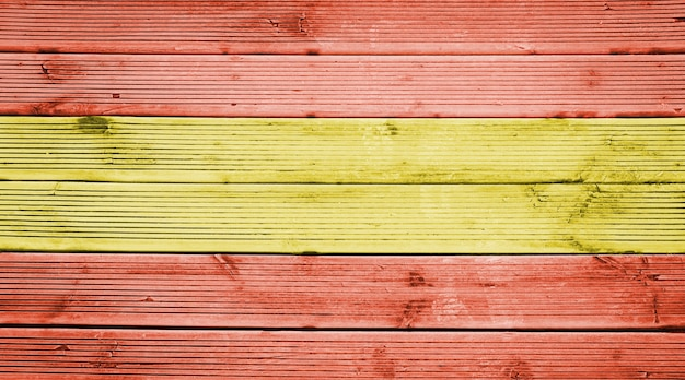 Naturalne drewniane deski tekstura tło z kolorami flagi hiszpanii