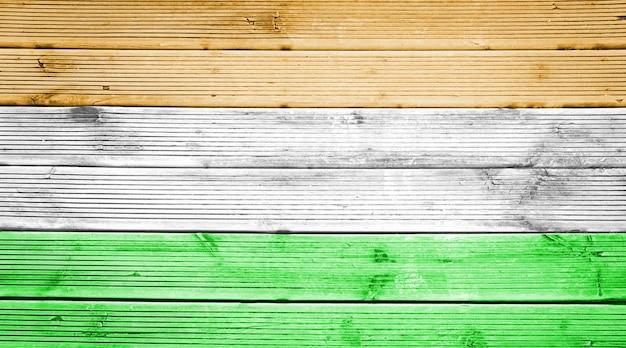 Naturalne drewniane deski tekstura tło z kolorami flagi indii