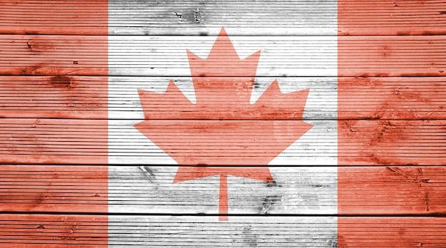 Naturalne drewniane deski tekstura tło z kolorami flagi kanady