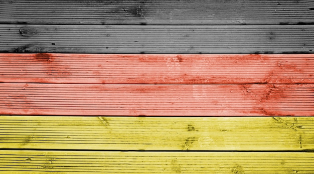 Naturalne drewniane deski tekstura tło z kolorami flagi niemiec