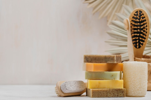 Naturalne drewniane szczotki i mydła kopiują tło przestrzeni