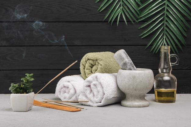 Naturalne elementy spa z aromatycznym kadzidłem