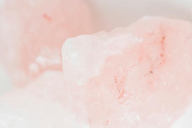 Naturalne i grube różowe kryształowe skały z soli himalajskiej