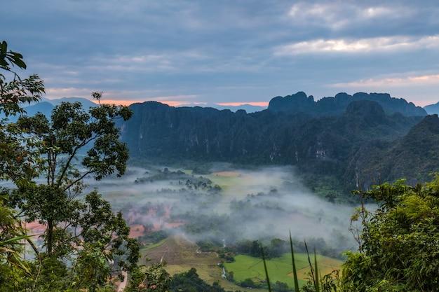 Naturalne jest nadal czyste i piękne w vang vieng, laos.