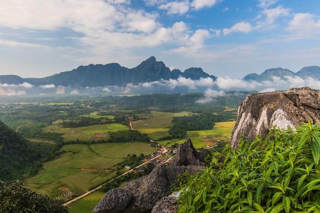 Naturalne jest wciąż czystość i piękna w vang vieng w laosie.