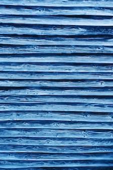 Naturalne klasyczne niebieskie deski drewniane. stary płot na tle. naturalne tekstury drzewa. kolor trendu 2020