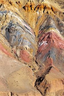 Naturalne kolorowe wzgórza w górach ałtaju o nazwie mars 2 republika ałtaju