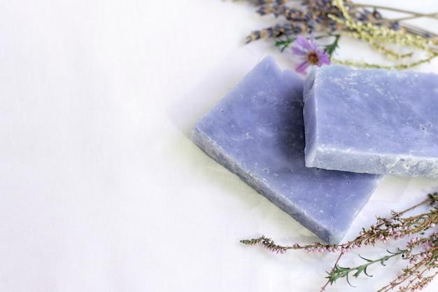 Naturalne kosmetyczne mydło lawendowe na białej ścianie z miejsca kopiowania