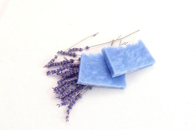 Naturalne kosmetyczne mydło lawendowe, pielęgnacja skóry spa.