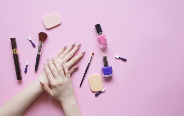 Naturalne kosmetyki do pielęgnacji skóry i akcesoriów do makijażu. ręce pięknej kobiety. widok z góry i kopia przestrzeń, układanie na płasko.