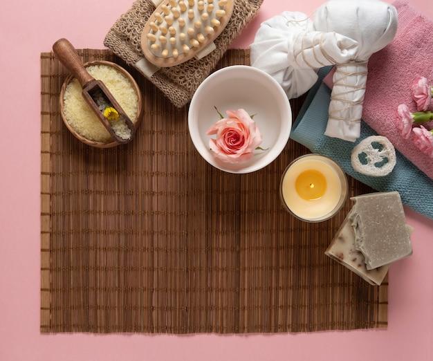 Naturalne kosmetyki do pielęgnacji skóry na brązowym tle. mydło, oleje, sól morska.