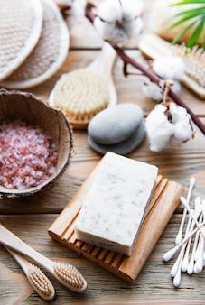 Naturalne kosmetyki i narzędzia zero waste