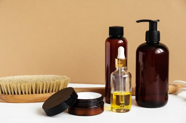 Naturalne kosmetyki na białym stole