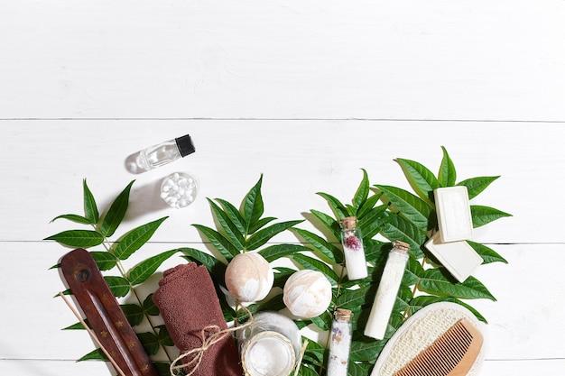 Naturalne kosmetyki spa i aromaterapii do pielęgnacji skóry z akcesoriami łazienkowymi, w tym złuszcza...