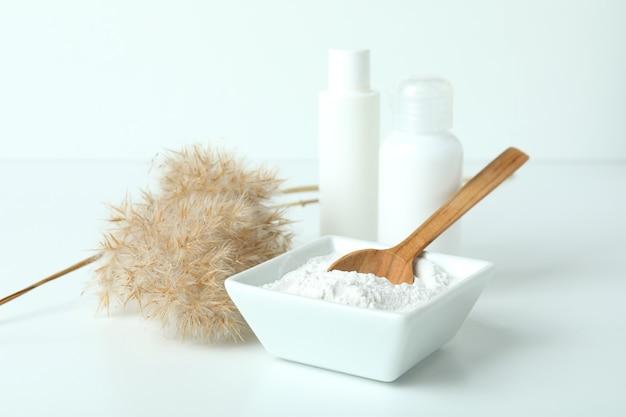 Naturalne kosmetyki spa na białym stole, z bliska