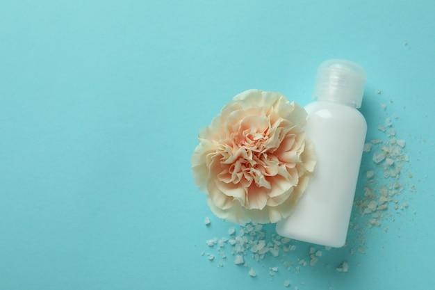 Naturalne kosmetyki spa na niebieskim tle, miejsce na tekst
