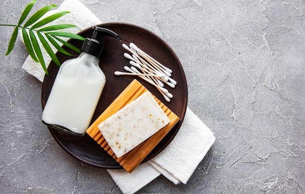 Naturalne kosmetyki zero waste na betonowym stole. leżał na płasko.