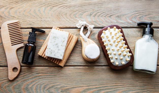 Naturalne kosmetyki zero waste na drewnianym stole. leżał na płasko.