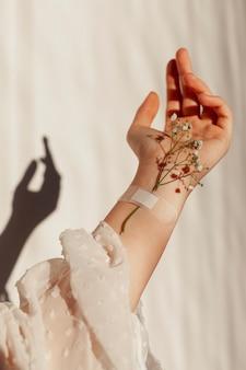Naturalne kwiaty przyczepione do ręki