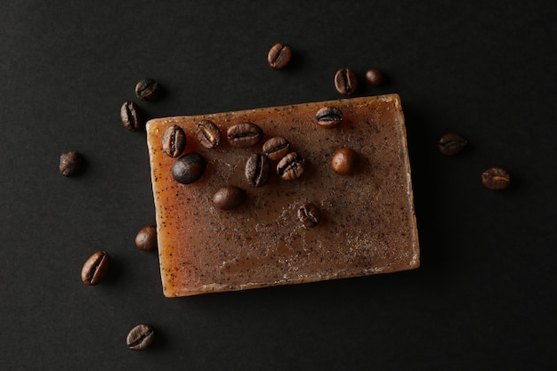 Naturalne mydło i ziarna kawy na czarnym tle