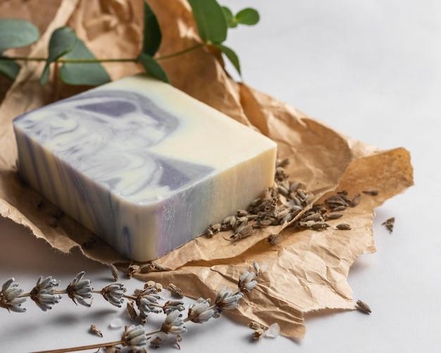 Naturalne mydło pod wysokim kątem i kompozycja roślinna