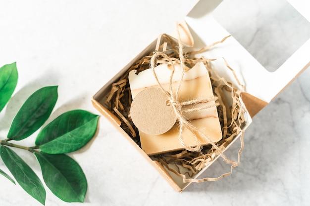 Naturalne mydło w pudełku prezentowym z pustą makieta tag