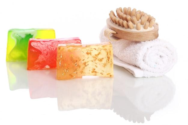 Naturalne mydło z białym ręcznikiem i szczotką