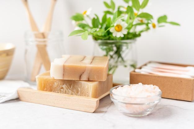 Naturalne narzędzia do łazienki i domowego spa zero waste koncepcja zrównoważonego stylu życia bambusowa szczoteczka do zębów