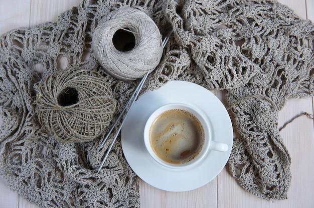 Naturalne nici lniane do robótek ręcznych, wzór dzianiny i filiżanka kawy