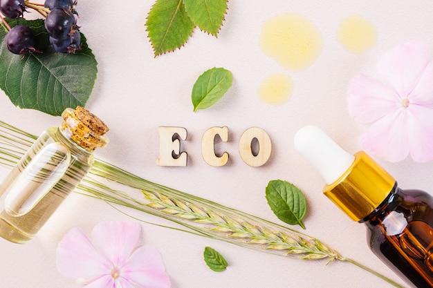 Naturalne olejki eteryczne i napis eco z drewnianych liter