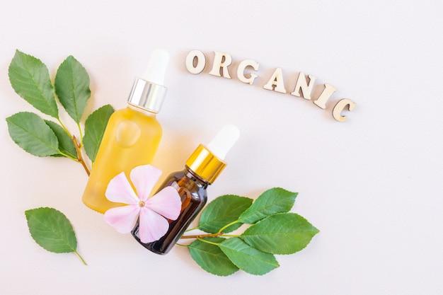 Naturalne olejki eteryczne i słowo organiczne z drewnianych liter