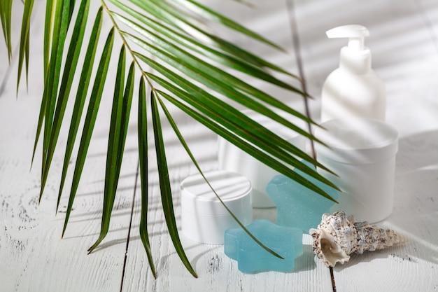 Naturalne organiczne kosmetyki do pielęgnacji włosów. produkty do kąpieli, zestaw łazienkowy