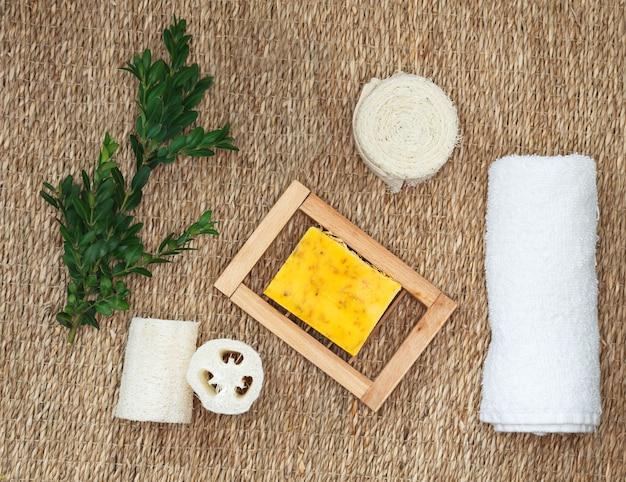 Naturalne organiczne kosmetyki spa do pielęgnacji ciała i twarzy. mydła w kostkach z ekstraktami roślinnymi. zestaw akcesoriów do kąpieli i spa.