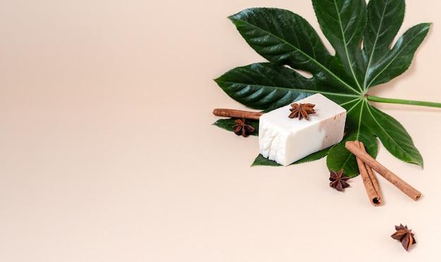 Naturalne organiczne mydło w kostce z liśćmi