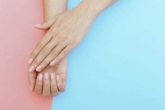 Naturalne paznokcie, lakier hybrydowy. idealny czysty manicure