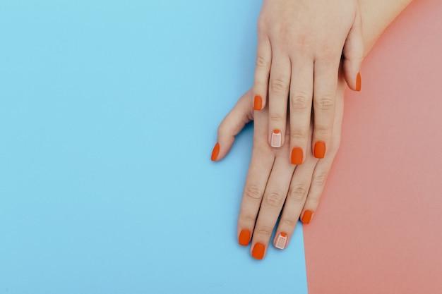 Naturalne paznokcie z lakierem hybrydowym