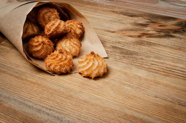 Naturalne pieczone ciasteczka kokosowe lub makaroniki kokosowe. domowe ciasteczka dietetyczne z chipsami kokosowymi
